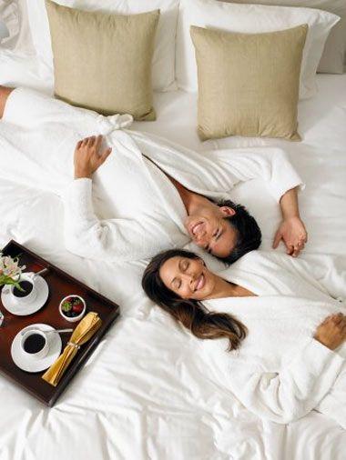 8. Yatakta kahve İçin. Son dakika hazırlanmak için acele edeceğinize, saatinizi biraz daha erkene kurup o artan zamanda sabah kahvenizi çarşaflar arasında sevdiğiniz kişiyle içebilirsiniz.  9. Ona kafa masajı yapın. Bu sadece onu harika hissettirmekle kalmaz. Aynı zamanda kafası kucağınızdayken siz de bundan çok zevk alırsınız.  10. İlkleri paylaşın. İstiridye yemeyi veya kaykay yapmayı deniyor olabilirsiniz. Birlikte yeni bir şeyleri deniyor olmak İlişkinize bir enerji patlaması yaşatacaktır.  11 Tropik bir tatildeymişsiniz gibi davranın. Sıcak bir günde kendinize birer tane meyveli-buzlu kokteyl yapın, plaj sandalyelerini ön bahçeye atın ve havuz kenarındaymışsınız gibi davranın.  12. Bir proje üstünde birlikte çalısın. Beraber çalıştığınız bir partneriniz varsa bir işi başarmak daha kolaydır. Eğer erkek arkadaşınızla birlikte çalışırsanız kafanızdaki senaryoyu yazmak veya beş kilo vermek sizin için daha kolay olacaktır.